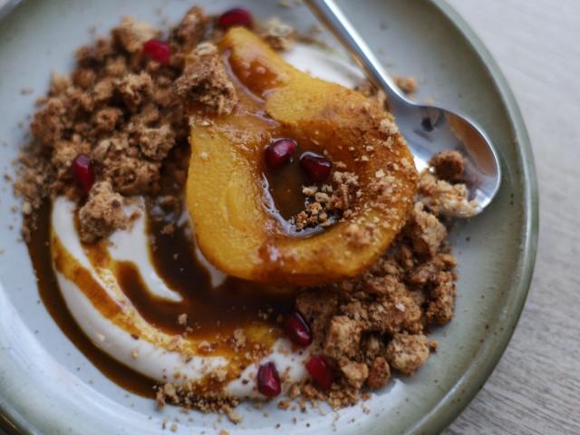 The Friendly Kitchen Poire pochée aux épices golden